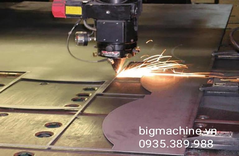 Máy cắt CNC có nhiều ưu điểm tốt, cắt vật liệu nhanh chóng, độ chính xác cao, hỗ trợ con người trong nhiều lĩnh vực khác nhau