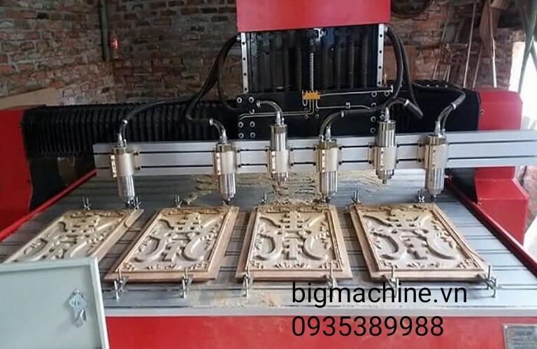 Máy khắc gỗ CNC được ứng dụng khắc các bức bình phòng, tranh bằng hỗ, hoặc gia công các đồ nội thất từ gỗ...