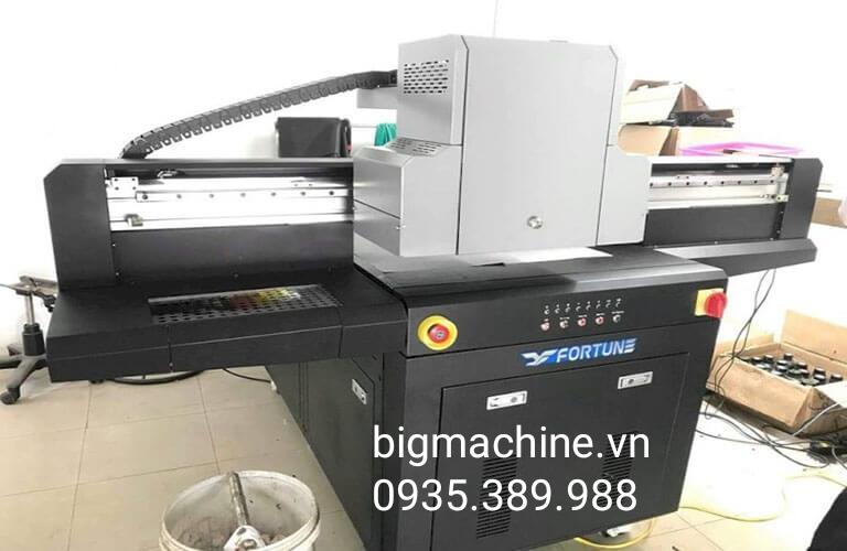Máy in UV trên kính Fortune 6090 là hàng chính hãng, sản phẩm sau khi in ấn được sấy khô nhanh chóng, đầu phun là hàng chất lượng tốt, độ bền cao